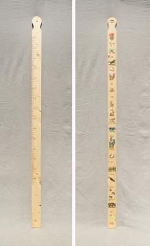 De houten 'dieren' meetlat voor-en achterkant, waar u elk jaar de lengte van het kind(-eren) kunt vastleggen. €37,50